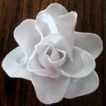 Cách làm hoa hồng từ thìa nhựa để tặng người yêu