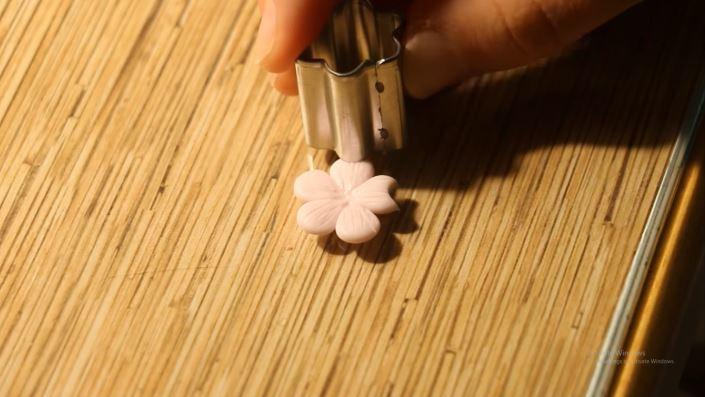 làm hoa anh đào từ đất sét